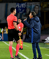 BOGOTÁ - COLOMBIA, 19-08-2018: Miguel Ángel Russo (Der.), técnico, de Millonarios, dialoga con Wilmar Roldán (Izq.) árbitro, durante partido de la fecha 5 entre Millonarios y Deportivo Cali, por la Liga Aguila II-2018, jugado en el estadio Nemesio Camacho El Campin de la ciudad de Bogota. / Miguel Angel Russo (R), coach of Millonarios, speaks with Wilmar Roldan (L) referee, during a match of the 5th date between Millonarios and Deportivo Cali, for the Liga Aguila II-2018 played at the Nemesio Camacho El Campin Stadium in Bogota city, Photo: VizzorImage / Luis Ramirez / Staff.