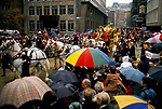 CROWDS, STOOD IN THE RAIN, SHELTERING UNDER UMBRELLAS, WATCH HORSE DRAWN CARRIAGE, DURING THE LORD MAYOR'S SHOW PARADE FROM GUILDHALL THROUGH CITY OF LONDON, 1990,