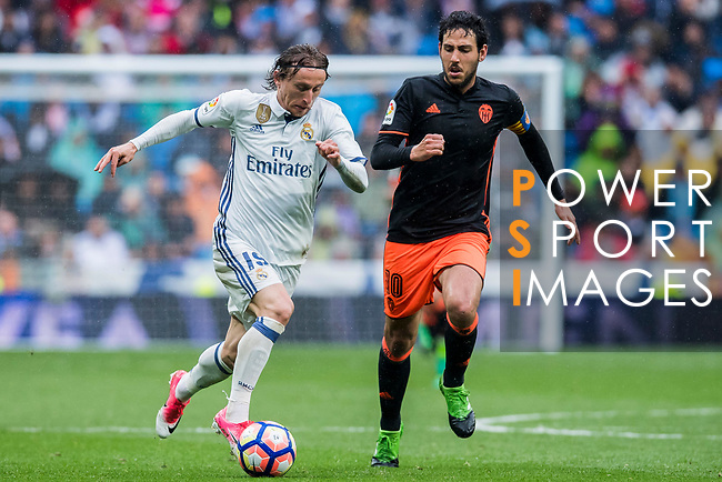 Luka Modric (l) of Real Madrid battles for the ball with Daniel Parejo Munoz of Valencia CF  during their La Liga match between Real Madrid and Valencia CF at the Santiago Bernabeu Stadium on 29 April 2017 in Madrid, Spain. Photo by Diego Gonzalez Souto / Power Sport Images