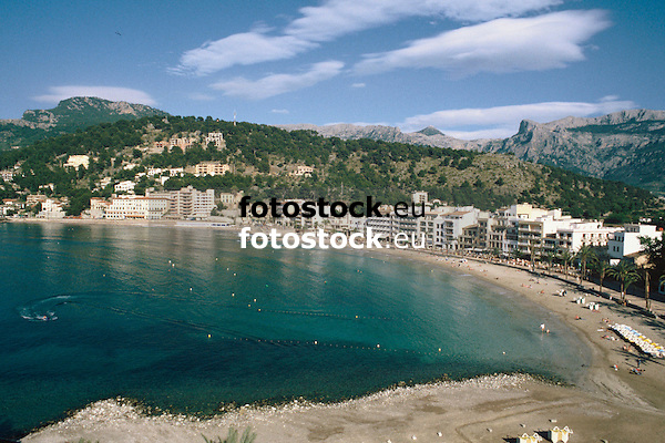 Hotels at the promenade of the Repic beach in Puerto de Sóller with view to the Sierra de Alfabia of the Tramontana mountains<br /> <br /> Hoteles en el paseo de la playa Repic en Puerto de Sóller (cat.: Port Soller) con vista a la Sierra de Alfabia de la Tramontana (cat.: Tramuntana)<br /> <br /> Hotels an der Promenade des Repic Strandes von Puerto de Sóller mit Blick auf die Sierra de Alfabia des Tramontana Gebirges<br /> <br /> 3360 x 2240 px<br /> 150 dpi: 57,05 x 38,08 cm<br /> 300 dpi: 28,52 x 19,04 cm<br /> Original: 35 mm slide transparency