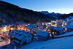 Austria, Tyrol, Ziller Valley Arena, Gerlos: popular ski resort at dusk, at background snow covered summits of Ziller Valley Alps | Oesterreich, Tirol, Zillertal-Arena, Gerlos: beliebter Skiort bei Daemmerung, im Hintergrund die schneebedeckten Gipfel der Zillertaler Alpen