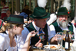 Italien, Suedtirol, Meran: Bayerische Trachtengruppe beim Traubenfestival | Italy, South-Tyrol, Alto Adige, Merano: Bavarian Band in traditional costumes at wine festival having lunch