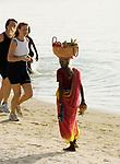 MUS, Mauritius, Trou aux Biches: Einheimische verkauft Fruechte am Strand | MUS, Mauritius, Trou aux Biches: local woman selling fruit at the beach