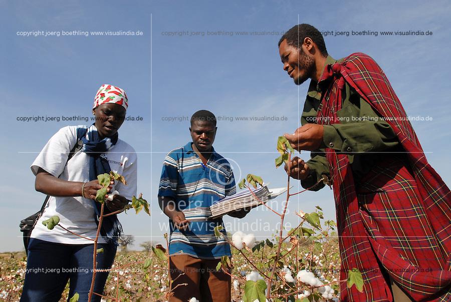 TANZANIA Meatu, organic cotton project biore of swiss yarn trader Remei AG , farmer and farm advisor during cotton harvest