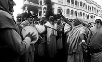 11.2010 Pushkar (Rajasthan)<br /> <br /> Sadhus chanting and dancing during the morning spiritual walk during kartik purnima pilgrimage.<br /> <br /> Sadhus en train de chanter pendant la marche spirituelle matinale lors du pèlerinage de kartik purnima.