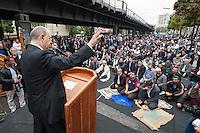 """Der Koordinationsrat der Muslime (KMR) veranstaltete am Freitag den 19. September 2014 deutschlandweit vor Moscheen Kundgebungen unter dem Motto """"Muslime stehen auf gegen Hass und Unrecht"""". Der KMR wandte sich damit gegen die Zunahme von rassistischen und islamophoben Angriffen gegen Muslime und islamische Gotteshaeuser. Seit 2012 gab es mindestens 80 Angriffe gegen Moscheen.<br /> In Berlin wurde zudem vor der Kundgebung das Freitagsgebet vor der Mevlana-Moschee abgehalten. Die Moschee wurde am 11. August 2014 Ziel eines Brandanschlag.<br /> Auf der Kundgebung sprach auch der Vorsitzende der Evangelischen Kirche in Deutschland (EKD), Dr. hc. Nikolaus Schneider (links im Bild). Des Weiteren nahmen Politker der SPD, der Gruenen und der Linkspartei an der Kundgebung teil.<br /> 19.9.2014, Berlin<br /> Copyright: Christian-Ditsch.de<br /> [Inhaltsveraendernde Manipulation des Fotos nur nach ausdruecklicher Genehmigung des Fotografen. Vereinbarungen ueber Abtretung von Persoenlichkeitsrechten/Model Release der abgebildeten Person/Personen liegen nicht vor. NO MODEL RELEASE! Don't publish without copyright Christian-Ditsch.de, Veroeffentlichung nur mit Fotografennennung, sowie gegen Honorar, MwSt. und Beleg. Konto: I N G - D i B a, IBAN DE58500105175400192269, BIC INGDDEFFXXX, Kontakt: post@christian-ditsch.de<br /> Urhebervermerk wird gemaess Paragraph 13 UHG verlangt.]"""