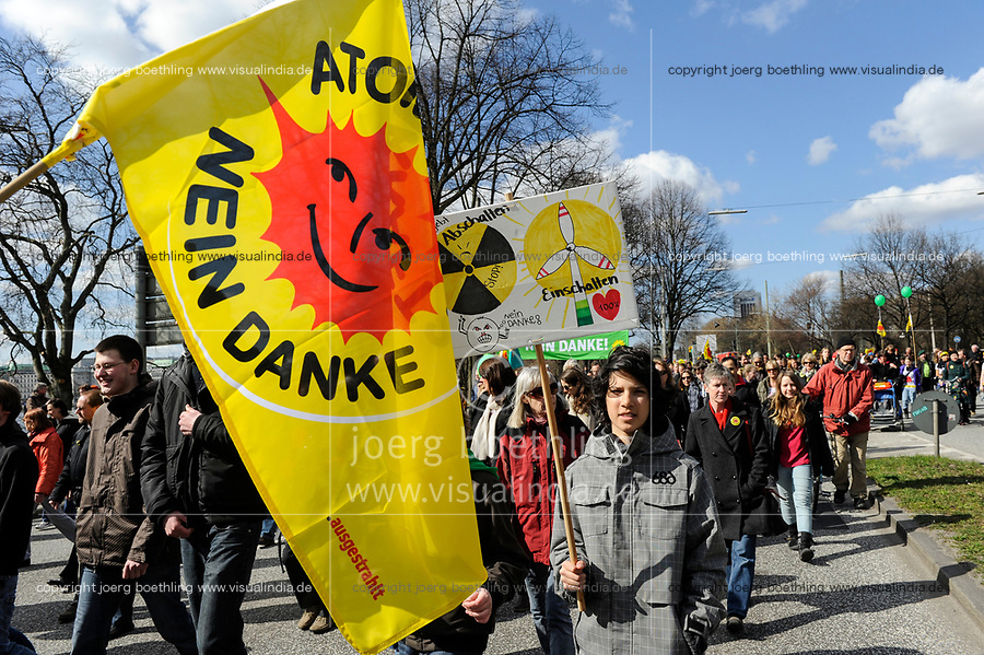 GERMANY Hamburg, big rally against nuclear power after Fukushima accident in Japan / DEUTSCHLAND, Hamburg, DEMO fuer Atomausstieg nach Havarie im AKW Fukushima in Japan