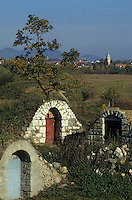 Europe/Hongrie/Tokay/Sarospatak: Entrée des caves particulières avec en fond la ville