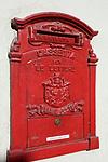 Italien, Piemont, Langhe, Barolo: roter Hausbriefkasten   Italy, Piedmont, Langhe, Barolo: red letterbox