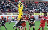 KV Kortrijk - SV Zulte-Waregem..Doelman Sammy Bossut springt over menig spelers om aan de bal te raken...foto VDB / BART VANDENBROUCKE
