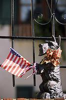 Amérique/Amérique du Nord/USA/Etats-Unis/Vallée du Delaware/Pennsylvanie/Philadelphie : Dans le quartier de antiquaires sur Pine Street - Détail décoration extérieure maison chien et drapeau américain
