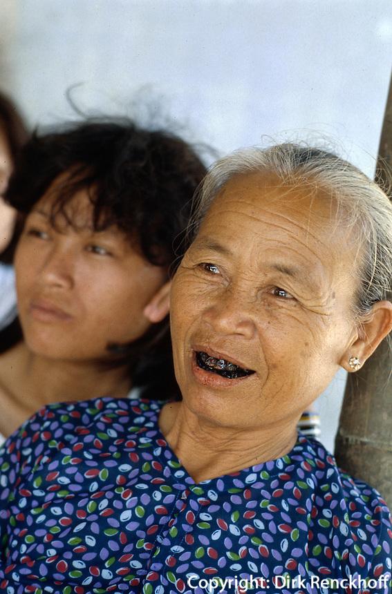 Frau mit geschwärzten Zähnen bei den Marmorbergen, Vietnam
