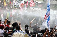 MANILA, FILIPINAS, 19.11.2015 - APEC-PROTESTOS - Manifestantes entram em confronto com a polícia por conta da Cúpula de Cooperação Econômica Ásia-Pacífico (Apec) em Manila, nas Filipinas, nesta quinta-feira, 19. (Foto: Gregório Dantes Jr./Brazil Photo Press)