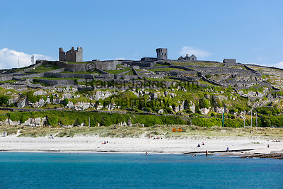 Ireland, County Galway, Aran Islands, Inisheer: Beach and O'Brien's Castle | Irland, County Galway, Aran Islands, Inisheer: Beach und O'Brien's Castle