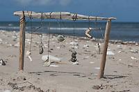 Naturkunst am Strand, Kind bastelt aus Steinen, Muscheln, Schnecken und anderem Strandgut ein Strandmobile, Fundstückemobile, Mobile, Strandkunst, Strand, Meer, Küste