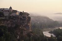 Europe/France/Midi-Pyrénées/46/Lot/Vallée de la Dordogne/Belcastel : Le château et la vallée à l'aube