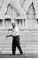 UNGARN, 14.07.1989.Budapest - VIII. Bezirk.Staatsbegraebnis von Janos Kadar (korrekt: J?nos K?d?r), Generalsekretaer der Kommunistischen Partei MSZMP auf dem Kerepesi Nationalfriedhof. Vorbereitungen am Kommunistischen Pantheon, Fegen des roten Teppichs..State funeral of Communist Party (MSZMP) General Secretary Janos Kadar who died on July 6. Preparations under way at the Kerepesi national cemetery's communist pantheon. Cleaning the red carpet..© Martin Fejer/EST&OST
