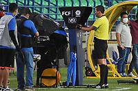 MONTERIA - COLOMBIA, 03-10-2020: Yadir Acuña Ochoa, árbitro, revisa una jugada en el VAR durante el partido por la fecha 11 Liga BetPlay DIMAYOR I 2020 entre Jaguares de Córdoba F.C. y Deportivo Cali jugado en el estadio Jaraguay de la ciudad de Montería. / Yadir Acuña Ochoa, referee, checks a play on the VAR during match for the date 11 BetPlay DIMAYOR League I 2020 between Jaguares de Cordoba F.C. and Deportivo Cali played at Jaraguay stadium in Monteria city. / xxx of Jaguares struggles the ball with xxx of Cali during match for the date 11 BetPlay DIMAYOR League I 2020 between Jaguares de Cordoba F.C. and Deportivo Cali played at Jaraguay stadium in Monteria city. Photo: VizzorImage / Andres Felipe Lopez / Cont