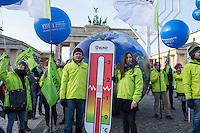 """Protest gegen Kohlenutzung anlaesslich Pariser Klimagipfel.<br /> Die Umweltschutzorganisationen BUND und """"Ende Gelaende"""" sowie die Kampagnenorganisation campact! organisierten am Samstag den 12. Dezember 2015 vor dem Brandenburger Tor eine symbolische Menschenkette gegen die Nutzung von Kohle und Oel zur Energiegewinnung. Sie forderten einen sofortigen Ausstieg aus der Kohlenutzung zur Rettung des Weltklimas.<br /> 12.12.2015, Berlin<br /> Copyright: Christian-Ditsch.de<br /> [Inhaltsveraendernde Manipulation des Fotos nur nach ausdruecklicher Genehmigung des Fotografen. Vereinbarungen ueber Abtretung von Persoenlichkeitsrechten/Model Release der abgebildeten Person/Personen liegen nicht vor. NO MODEL RELEASE! Nur fuer Redaktionelle Zwecke. Don't publish without copyright Christian-Ditsch.de, Veroeffentlichung nur mit Fotografennennung, sowie gegen Honorar, MwSt. und Beleg. Konto: I N G - D i B a, IBAN DE58500105175400192269, BIC INGDDEFFXXX, Kontakt: post@christian-ditsch.de<br /> Bei der Bearbeitung der Dateiinformationen darf die Urheberkennzeichnung in den EXIF- und  IPTC-Daten nicht entfernt werden, diese sind in digitalen Medien nach §95c UrhG rechtlich geschuetzt. Der Urhebervermerk wird gemaess §13 UrhG verlangt.]"""