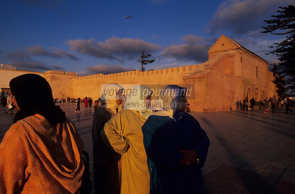 Afrique/Afrique du Nord/Maghreb/Maroc/Essaouira : Femmes et enfants Place Moulay Hassan devant les remparts de la cité dans la lumière du soir