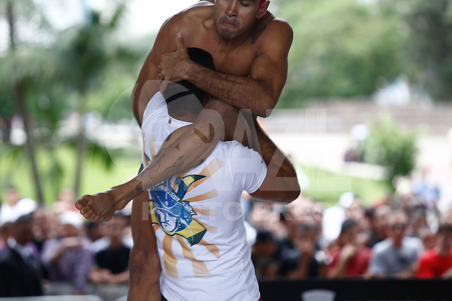 SAO PAULO, SP, 16 DE JANEIRO DE 2013. UFC SAO PAULO TREINO. o lutador Godofredo Pepey  durante treino aberto realizado no Vale do Anhangabau na manha desta quarta feira no centro de  Sao Paulo. FOTO ADRIANA SPACA / BRAZIL PHOTO PRESS