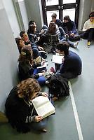 Milano, occupazione e autogestione del liceo Manzoni contro la riforma dell'istruzione. Ragazzi che studiano --- Milan, occupation and self-management of Manzoni high school against the school reform