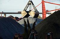 Germany, Hamburg, Hansaport import of coal and ore, unloading of hard coal with large excavator shovel  / DEUTSCHLAND, Hamburg, Hansaport, Import von Kohle und Erz, Lagerung und Weitertransport zu Kraftwerken und Stahlwerken