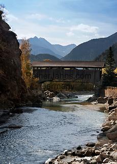 Schweiz, Graubuenden, Unterengadin, Susch am Fluss En (Inn), ueberdachte Holzbruecke | Switzerland, Graubuenden, Lower Engadin, Susch at river En (Inn), wooden bridge