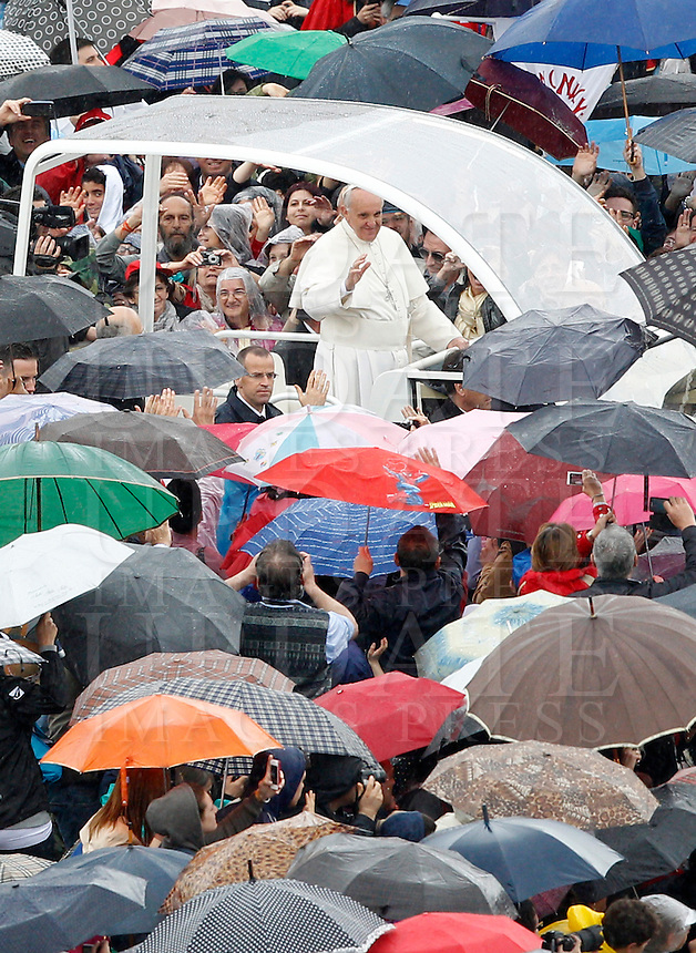 Papa Francesco saluta i fedeli al termine della messa per le Confraternite in Piazza San Pietro, Citta' del Vaticano, 5 maggio 2013..Pope Francis waves to faithful as he leaves at the end of a mass for Confraternities in St. Peter's square at the Vatican, 5 May, 2013..UPDATE IMAGES PRESS/Riccardo De Luca..STRICTLY ONLY FOR EDITORIAL USE