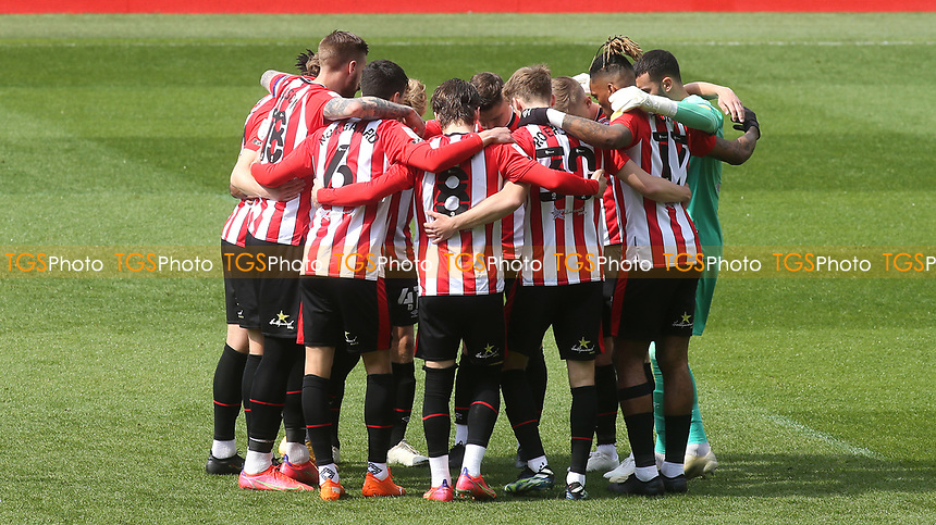 Brentford players form a huddle ahead of kick-off during Brentford vs Watford, Sky Bet EFL Championship Football at the Brentford Community Stadium on 1st May 2021