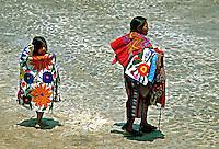 Vendedoras de artesanato em Antigua, Guatemala. 1985. Foto de Juca Martins.