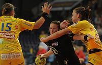Handball, Frauen, 1. Bundesliga. HC Leipzig gg Bayer Leverkusen. im Bild:  Mit harten Bandagen stoppt Luisa Schulze die Leverkusenerin Anna Loerper. Foto: Alexander Bley
