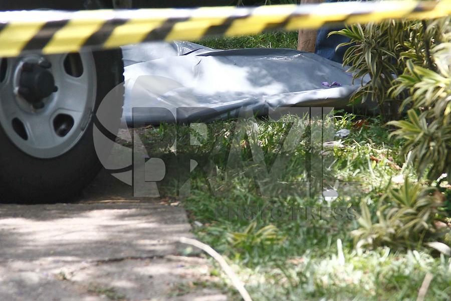 SAO PAULO, SP, 17.12.2013 - O Corpo de Bombeiros localizou, no começo da tarde desta terça-feira (17), o corpo da digitadora Daniela Laudísio dentro do córrego que passa sob o canteiro central da Avenida Engenheiro Luiz Carlos Berrini, na Zona Sul de São Paulo. Ela estava na garupa de uma moto, que colidiu com um veículo parado em um semáforo, na noite de sábado (14). Com o impacto, a digitadora foi lançada dentro do córrego.<br /> A identificação do corpo, localizado nas imediações do número 900 da Avenida Luís Carlos Berrini, foi feita por um cunhado, de acordo com a Polícia Civil.<br />   (Foto: William Volcov / Brazil Photo Press).