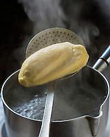Europe/France/Rhône-Alpes/69/Rhône/Lyon: Quenelles lyonnaises de Colette Sibilia, pur beurre et façonnées à la cuillère, à base de semoule de blé dur et de brochet - Stylisme : Valérie LHOMME // Europe/France/Rhône-Alpes/69/Rhône/Lyon:   Colette Sibilia pike quenelles , - Styling : Valérie LHOMME