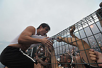 SÃO PAULO, SP, 04 DE DEZEMBRO DE 2011 - CAMPEONATO BRASILEIRO - CORINTHIANS CAMPEÃO DO BRASILEIRO 2011 - comemora juntos com demais jogadores do Corinthians o título de Campeão Brasileiro de 2011 após a partida Corinthians x Palmeiras válida pela 38ª rodada do Campeonato Brasileiro no Estádio Paulo Machado de Carvalho (Pacaembu). FOTO: LEVI BIANCO - NEWS FREE