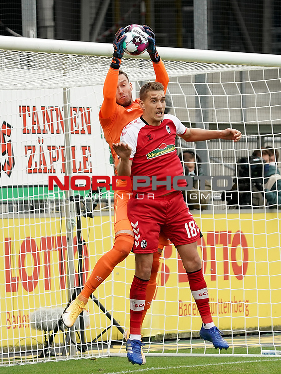 17.10.2020, Schwarzwald Stadion, Freiburg, GER, 1.FBL, SC Freiburg vs SV Werder Bremen<br /> <br /> im Bild / picture shows<br /> Torwart Jiri Pavlenka (Bremen), Nils Petersen (Freiburg)<br /> <br /> Foto © nordphoto / Bratic<br /> <br /> DFL REGULATIONS PROHIBIT ANY USE OF PHOTOGRAPHS AS IMAGE SEQUENCES AND/OR QUASI-VIDEO.