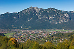 Germany, Upper Bavaria, Garmisch-Partenkirchen at Werdenfelser Land, at background Ammergauer Alps with Kramerspitz mountain | Deutschland, Bayern, Oberbayern, Garmisch-Partenkirchen: Hauptort im Werdenfelser Land, im Hintergrund die Ammergauer Alpen mit der Kramerspitz