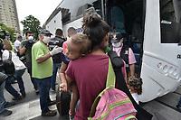 CALI - COLOMBIA, 14-04-2020: Una madre con su hijo de brazos espera para subir al bus durante la jornada de repatriación de 215 venezolanos hacía su país desde Cali en el día 22 de la cuarentena total en el territorio colombiano causada por la pandemia  del Coronavirus, COVID-19. / A mother with her son await to get on the bus during the repatriation journey of 215 Venezuelans to their country from Cali during the day 22 of total quarantine in Colombian territory caused by the Coronavirus pandemic, COVID-19. Photo: VizzorImage / Gabriel Aponte / Staff