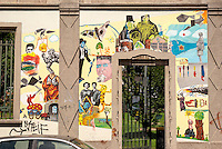 Milano, quartiere Bovisa, periferia nord. Un murale sul muro di cinta della ex Armenia Films (Milano Films - prima casa di produzione cinematografica del primo novecento in Italia) ispirato al quartiere e alla storia del cinema italiano --- Milan, Bovisa district, north periphery. A mural on the surrounding wall of former Armenia Films (Milano Films - Italy's first film production company from the early twentieth century) inspired by the neighborhood and the history of Italian cinema