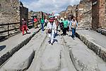 ITA, Italien, Kampanien, Pompei (Pompeji): antike altroemische Ruinenstadt, im Jahre 79 n. Chr. durch Ausbruch des Vesuvs unter Asche- und Bimsteinregen begraben | ITA, Italy, Campania, Pompei (Pompeji): ancient city of ruins, buried under ashes and cinders by eruption of vulcano Vesuvius in 79. AD