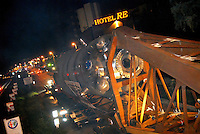 - transport of a steam generator fort he nuclear power station of Palo Verde in Arizona (USA) from Ansaldo Camozzi plant in Sesto S.Giovanni, at Milan north periphery....- trasporto di un generatore di vapore destinato alla centrale nucleare di Palo Verde in Arizona (USA) dallo stabilimento Ansaldo Camozzi di Sesto S.Giovanni, alla periferia nord di Milano