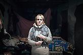 """Olga, Choreographin, Myroniwski, 47 Jahre: """"Seit zwei Wochen lebe ich mit meiner Tochter in diesem Keller. Als wir hergekommen sind, mit 30 anderen Familien, gab es hier unten noch nichts, aber jetzt sagen sie hier in der Stadt, dass wir den besten Keller von allen haben. Wir schalten das Licht nur für drei Stunden am Tag ein. Hier sind sieben Kinder, vier davon sind meine Mädchen, die ich trainiere. Sie waren schon in Deutschland und haben ukrainische Folkloretänze aufgeführt. Jetzt müssen sie hier unten im Dunkeln sitzen. Ich bete jeden Tag für Frieden."""""""