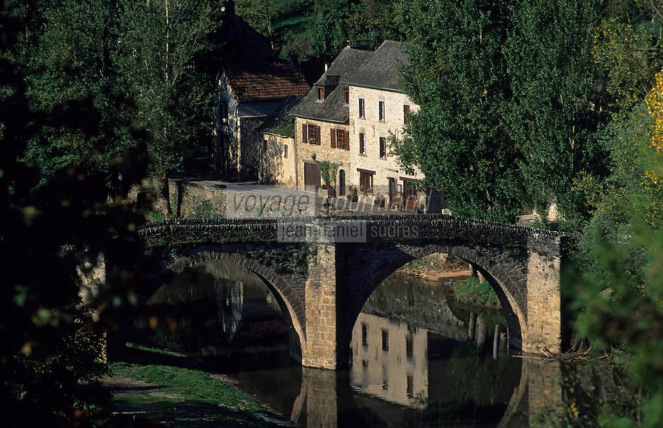 Europe/France/Midi-Pyrénées/12/Aveyron/Vallée de l'Aveyron/Belcastel : Le village et le vieux pont