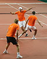 18-9-06,Leiden, Tennis, training Daviscup, Warming up for the first training leading up to the promotion-degradation match against Tjech republic the Dutch play soccer, here Igor Sijsling who makes his debute in the team passing Raemon Sluiter while coach Tjerk Bogtstra is defending