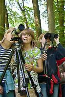 Vogelbeobachtung, Vogel-Beobachtung  mit Spektiv, Kinder, Mädchen gucken mit Spektiv nach Vögeln, Vögel, Vogel