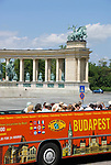 HUN, Ungarn, Budapest, Stadtteil Pest: am Stadtwaeldchen: Stadtrundfahrtbus am Heldenplatz | HUN, Hungary, Budapest, Pest District: sightseeing bus at Heroes' Square