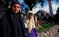 Mostar / Bosnia 1995.Due giovani donne indossano il velo nella parte est di Mostar..Foto Livio Senigalliesi..Mostar / BIH 1995.Two young women with Hijab in the east part of Mostar, the muslim district..Photo Livio Senigalliesi