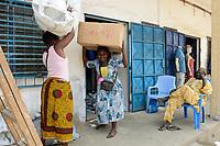 TOGO, Lome, Zentrum DZIDUDU der Organisation BNCE (Bureau National Catholique de l'Enfance) zur Betreuung von Lastentraegerinnen und Marktfrauen und deren Kindern, auf dem Grossen Markt, Traegerin Akos ATTIOGBE