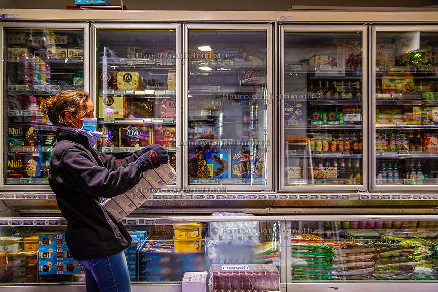 Commessa di un supermercato (G20) con mezzi di protezione antivirus