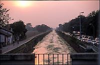 Gaggiano (Milano), veduta sul Naviglio Grande in secca verso Abbiategrasso --- Gaggiano (Milan), view over the canal Naviglio Grande with shallow water towards Abbiategrasso
